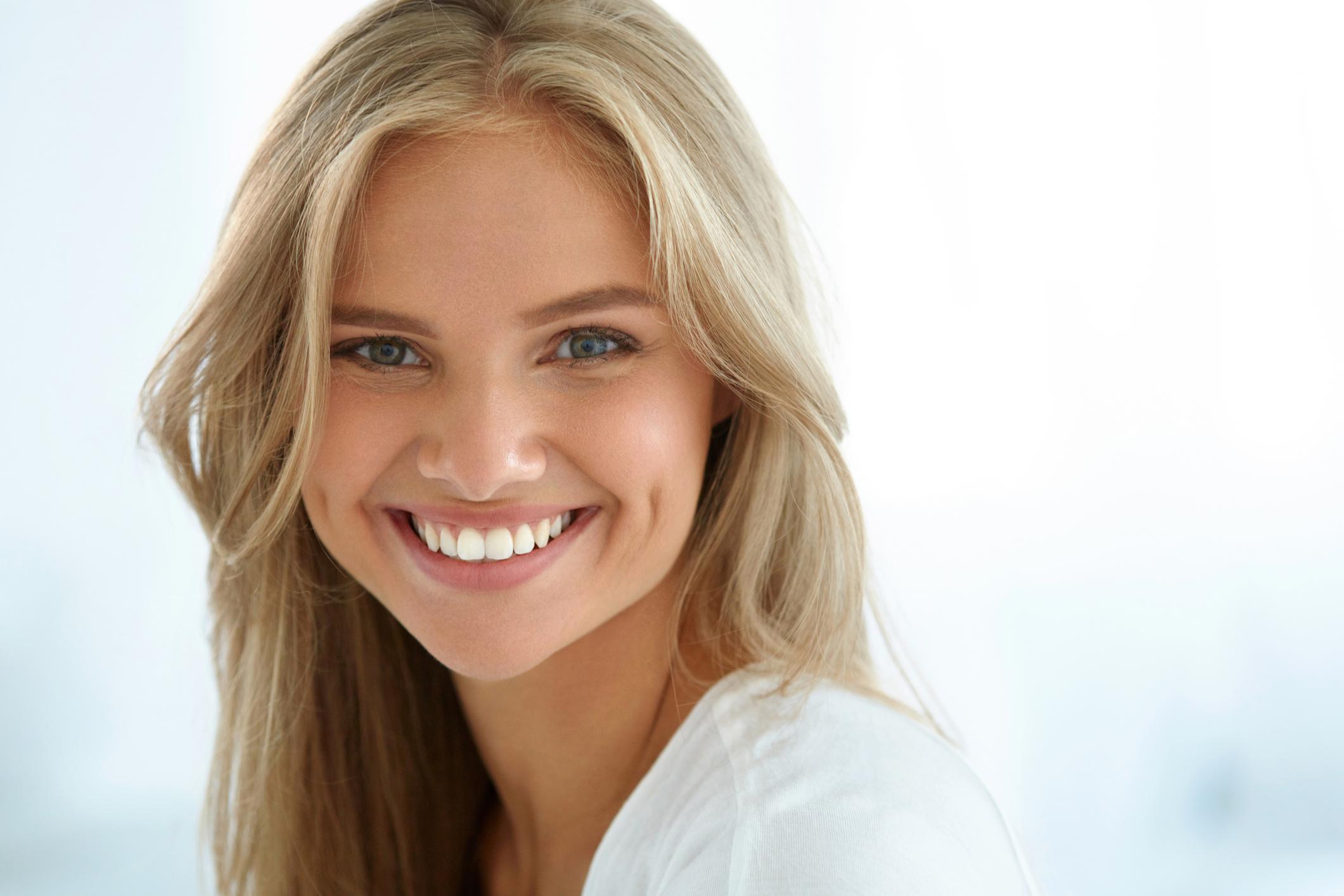 фасадной симпатичные женские улыбки стоковые фото можете